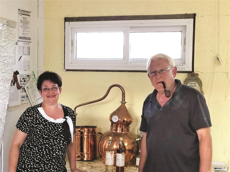 אירה וולדמיר מורזייב מפיקים וודקה כשרה מתמרים במושב ארגמן