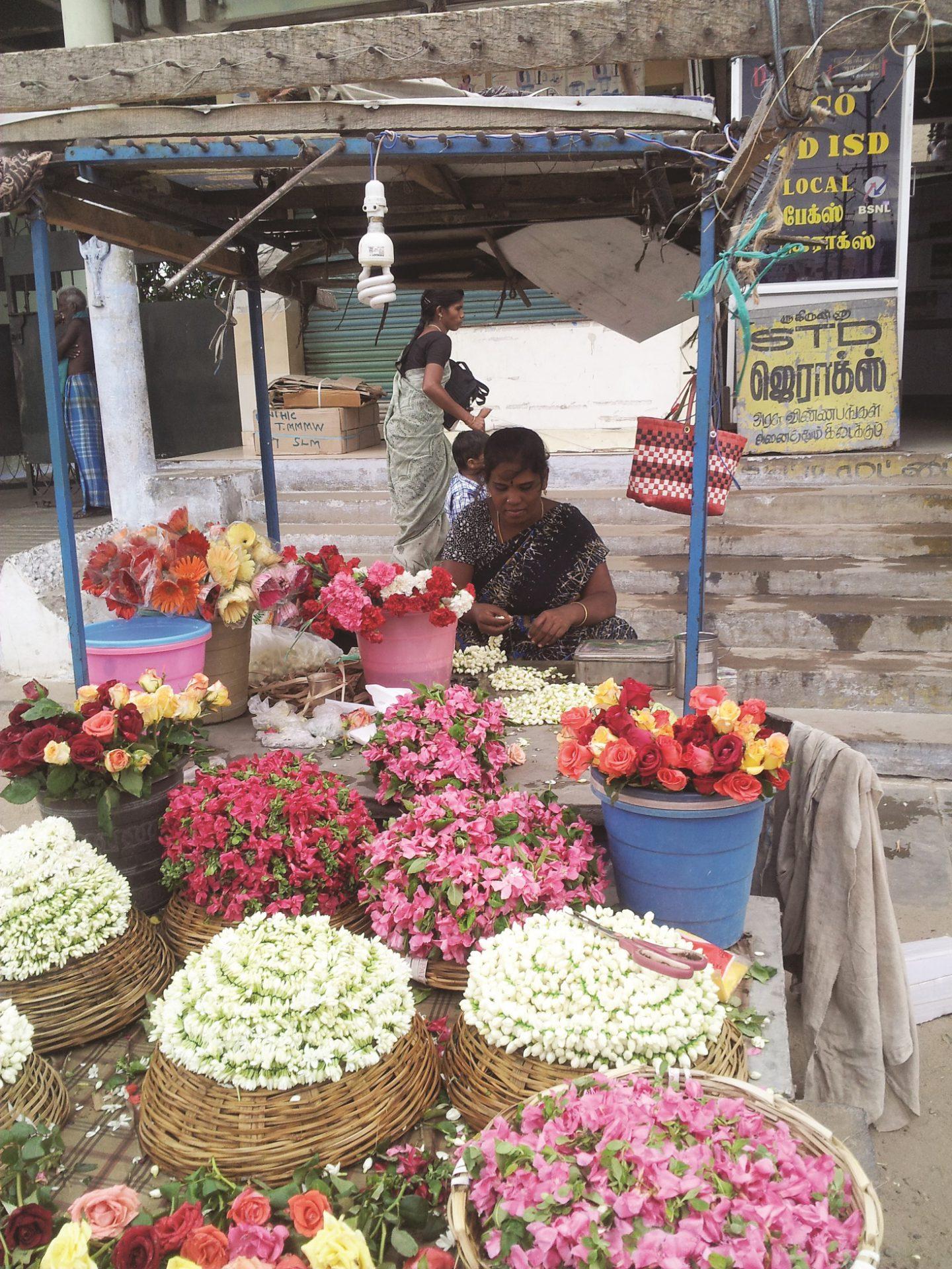 2011 07 30 מוכרת פרחים בתמיל נדו שבדרום הודו 17.24.41