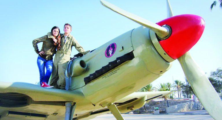 גיבורי הסרט על רקע מטוס המסרשמיט שהוא מטוס הקרב הראשון של חיל האויר צילם ליאור חפץ