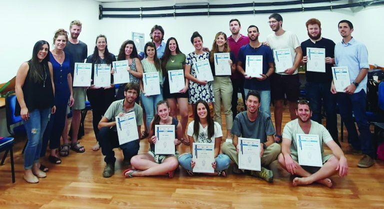 מסיימי מחזור ב של תכנית שבילים לציונות וצדק חברתי ביחד עם רותם שניצקי מנהלת רשת הצעירים של התנועה הקיבוצית.