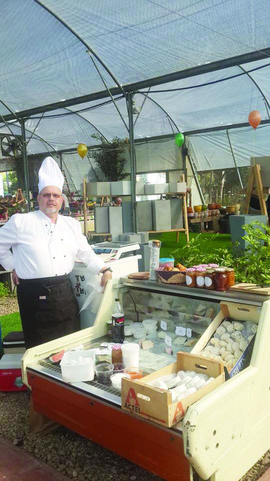 אריק סורוקר עם הגבינות בשוק האיכרים