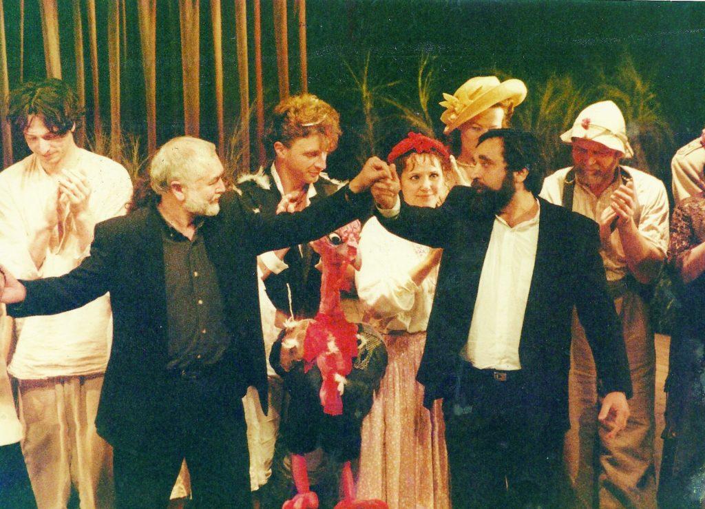 עם שחקני גשר אחרי הצגת ״כפר״ בלונדון 1997