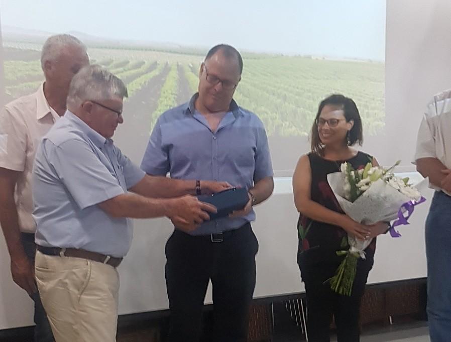 צבי אלון מגיש אות הוקרה לגיא וזר פרחים לרעייתו