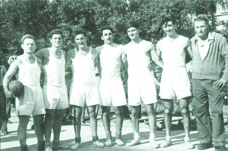 קבוצת הכדורעף של גן שמואל 1950. שלמה הניג שני משמאל