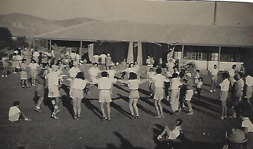 רוקדים ביום העצמאות על הדשא ליד חדר האוכל