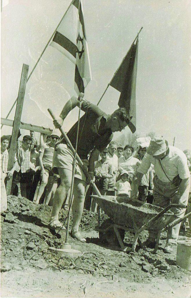 שלמה ואביו מניחים את אבן הפינה לבית העם בגן שמואל