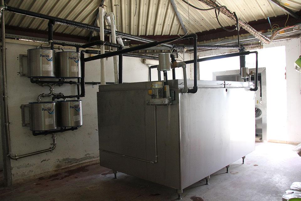 מתקן ייצור מי הקרח ועל הקיר 4 מחליפי החום לקירור החלב