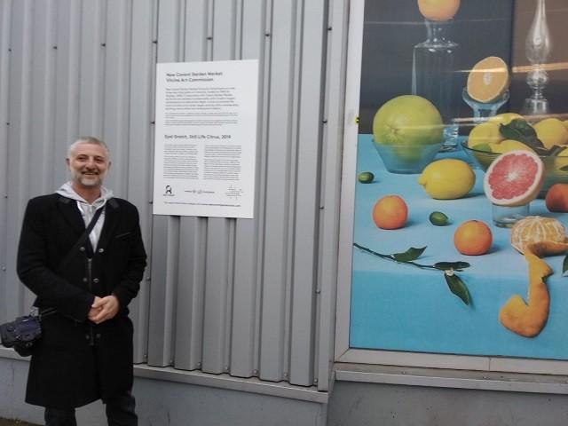 אייל גרניט ליד היצירה שלו צילום פרטי