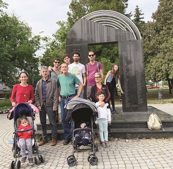 ליד האנדרטה לזכר יהודי שטורובו שני משמאל גיורי המדריך