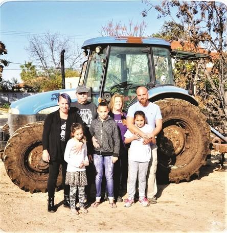משפחת נוי גיניגר עם הסבא אריק נוי במשק צילם אלכס אביס