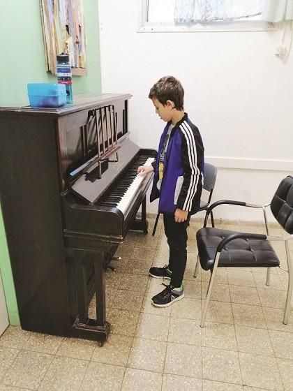 ילד מנגן בפינת הפסתר