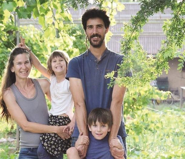 מירב כרמי ובני משפחתה בחוות הקימא בנהלל
