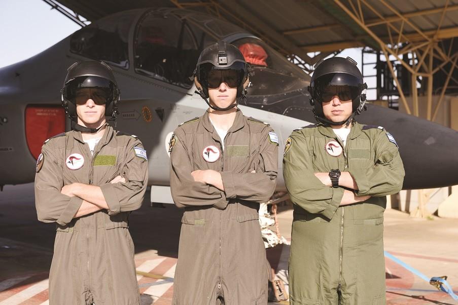 מסיימי קורס טייס שגרים בעמק חפר