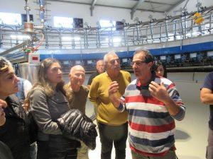 שמעון נפתלוביץ מנהל הרפת ומבקרים