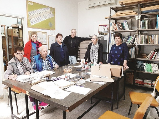 עובדים בהתנדבות בארכיון מושב באר טוביה