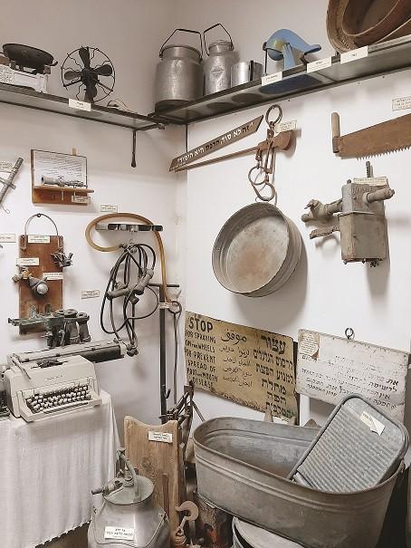 פינה בתערוכה מימין למטה קרש כביסה ופיילה