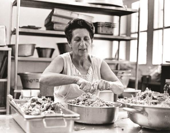 ציפקה אפרת בבישול במטבח