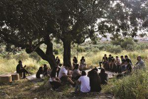 בני נוער יושבים בוסתן נוף משותף