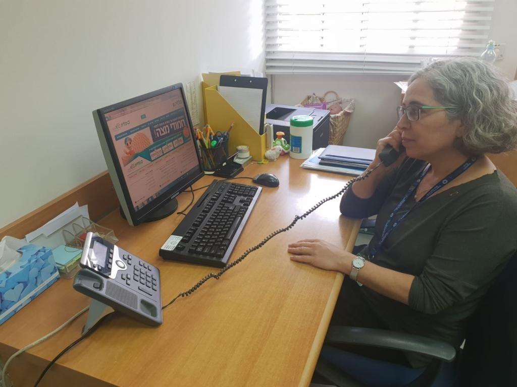 ציפי חיימוביץ במענה טלפוני במכוני התפתחות הילד להורי ילדים במכון