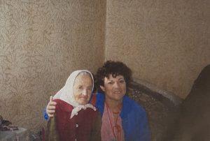 אסתר עם יונינה ביאלי שמשפחתה הסתירה אותה בזמן המחלמה