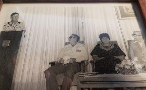 בניהו מנדל מקבל את אות הנשיא למתנדב יושב ראשון מימיןהנשיא יצחק נבון