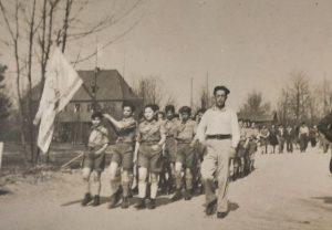 חניכי השומר הצעיר צועדים בפולין אחרי המלחמה