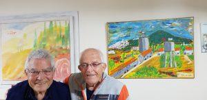 נחום ויורם מן בביתם על רקע ציור יפהפה של עזרא צמרי