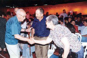 פרץ ואשתו עם שלמה דורי זל בחגיגות מיליארד ליטר חלב ב 1995