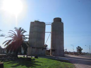 שני מגדלים לאחסון תבואות שנצרו בשטחים עצומים בדרום