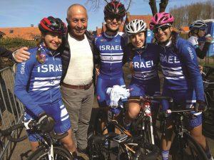 ברוך קרן ואחת מקבוצות האופניים בעמק האושר