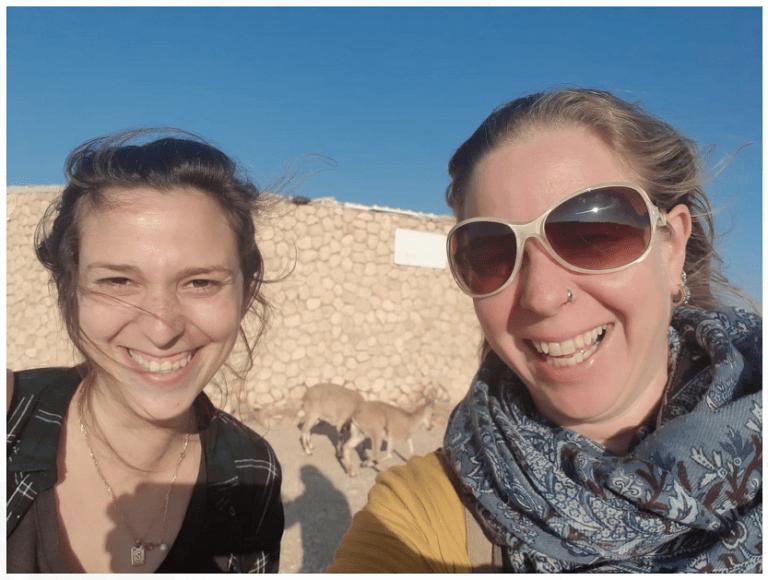 הגיסות המצלמות מיכל ברגר דנישבסקי מימין לשמאל סלפי במדבר