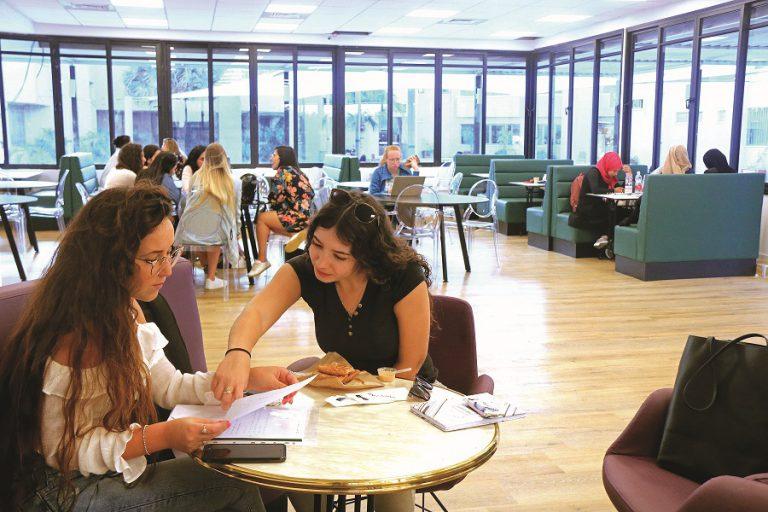 סטודנטיות לומדות במכללה האקדמית אחוה
