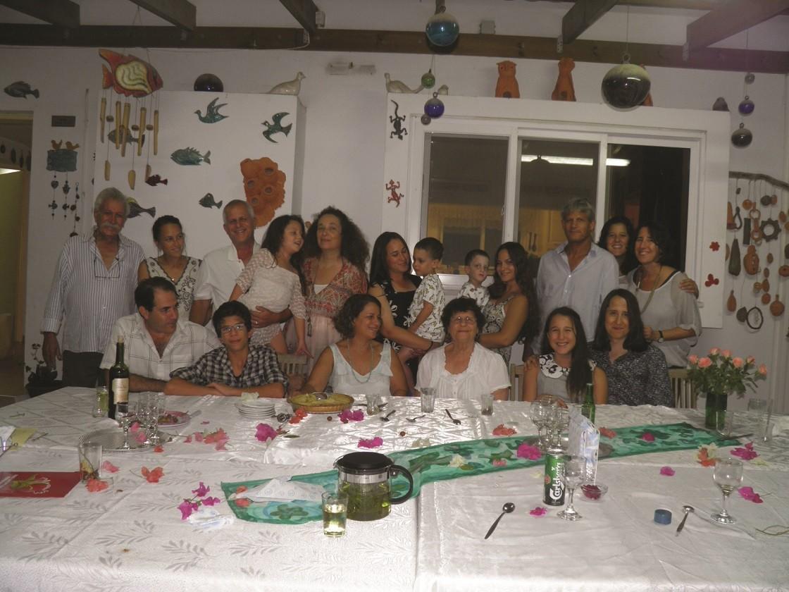 משפחת שפירא בקיבוץ עינת. צילום מ 2012