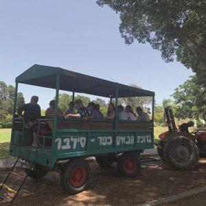 סיור של אורחים בכפר