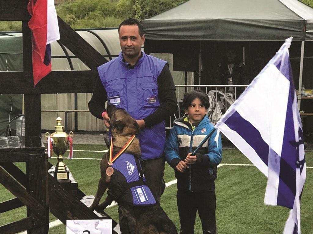 עוז בנו הראל והכלבה סקָלָה מקום שלישי בעולם בתחרות ספורט כלבני בצכיה