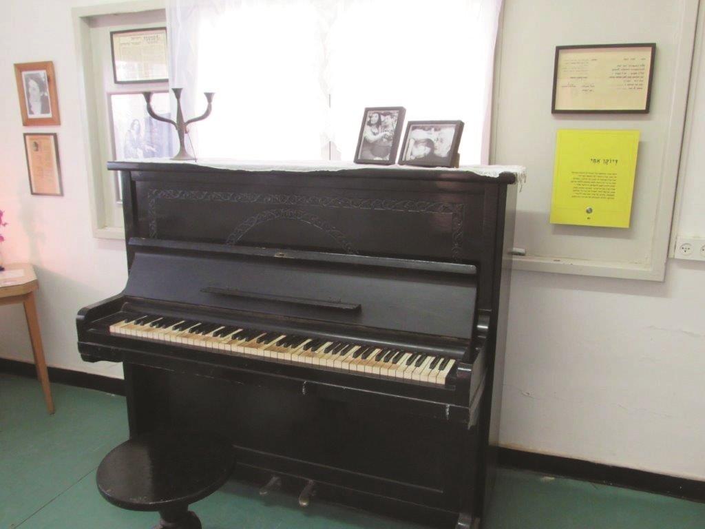 פסנתר זיילר של נעמי שמר
