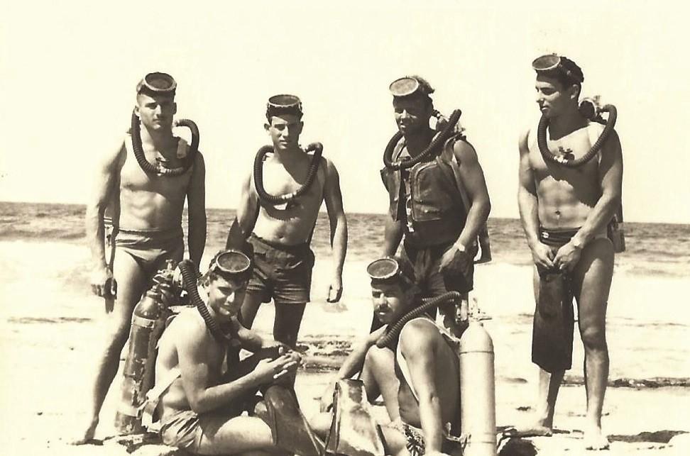צילום מסוף הסדיר. שאול זיו עומד שני מימין ערן יושב משמאל. 1958