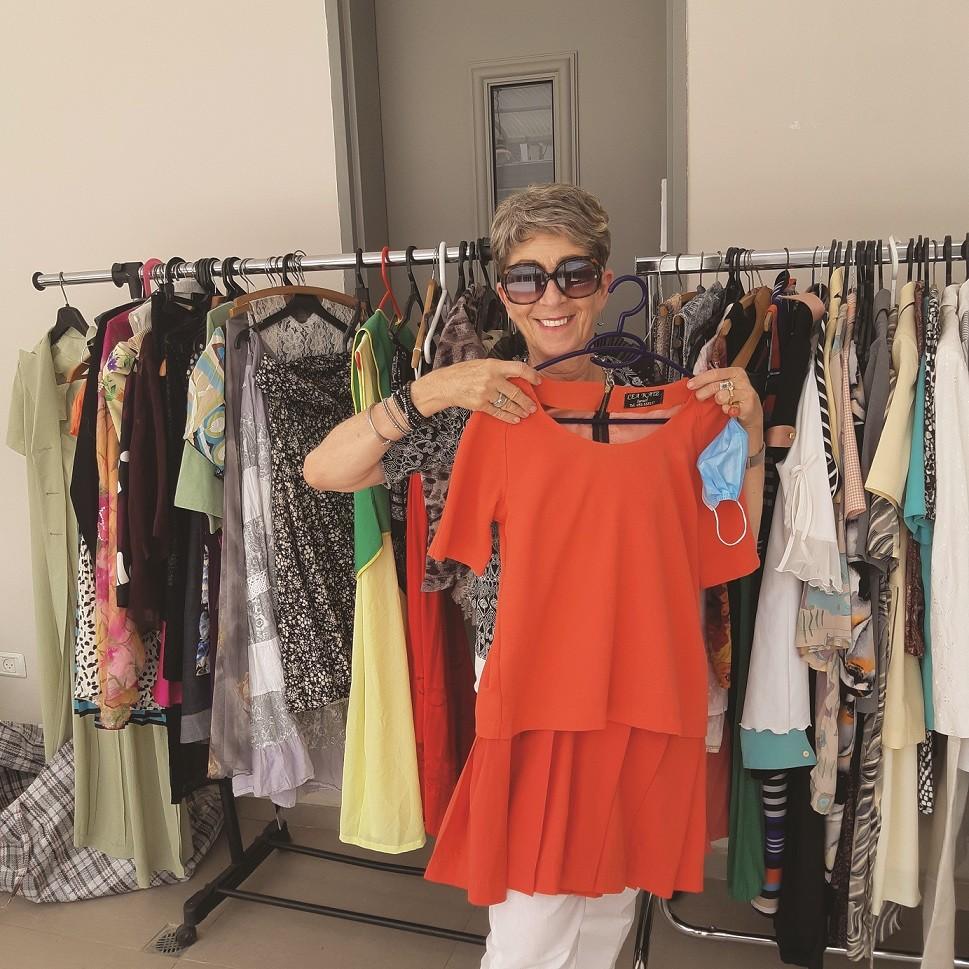 מתאימה בגדים ללקוחה