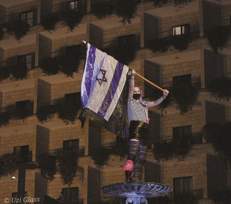 עם דגל ישראל על המזרקה. ברקע מלון המלכים. כיכר פריז