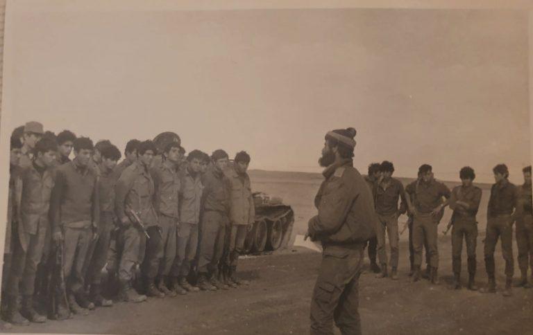 איתי עם כובע במסדר של הפלוגה במקום בו התחולל הקרב. ינואר 1974