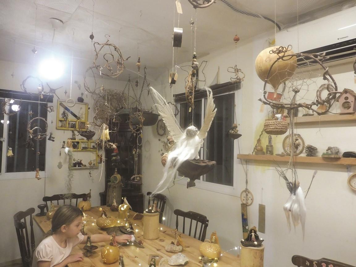 הסטודיו המציג את יצירותיה הקסומות של נועה ריס ברגר צילום חני סולומון