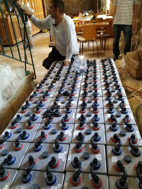 התקנת מצברי פריקה עמוקה בהספק של 80 קווט במנזר באזור ירושלים