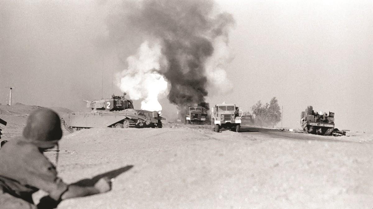 כלים פגועים וטנק שוט באזור רומני לאחר מתקפת קומנדו מצרי