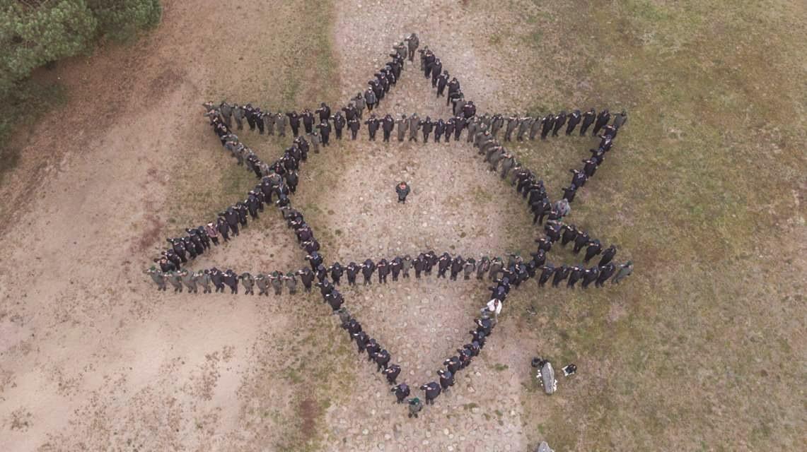 משלחת עדים במדים במסעה בפולין במחנה ההשמדה טרבלינקה
