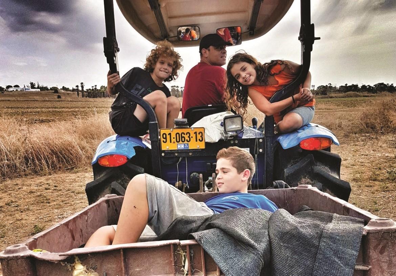 הבן רן על הטרקטור ונכדים תופסים טרמפ עם הזיתים מסיק 2018