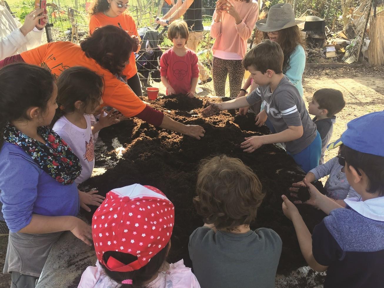קבוצה של ילדים מתארחת בחוות תבלין בגן