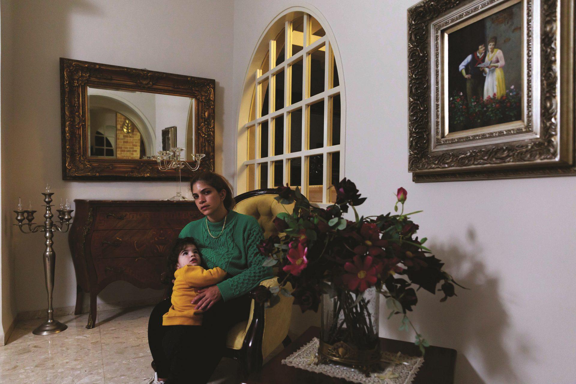 אושרי חיון בבית הוריה בשאר ישוב עם הבת אייר