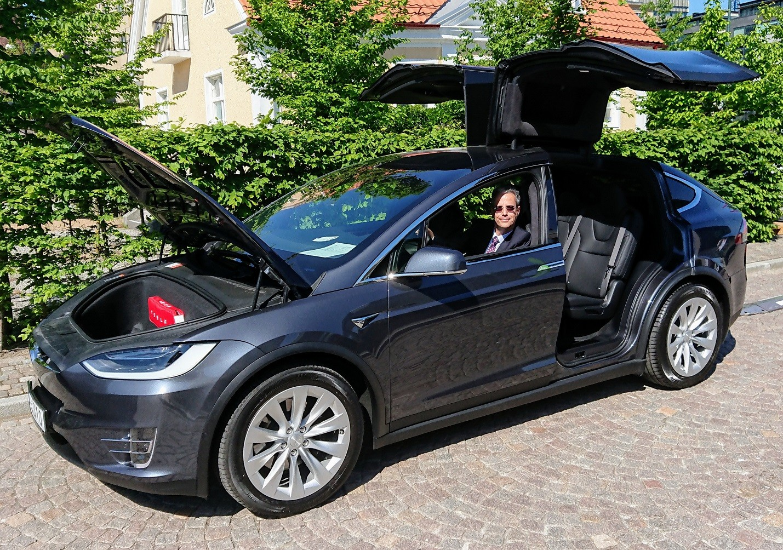 גדעון במכונית החשמלית טסלה