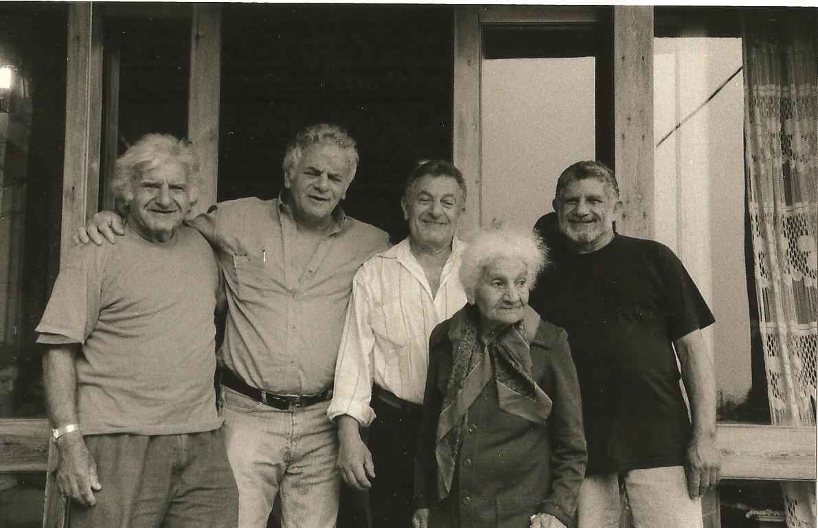 האם בת שבע זל ארבעת הבנים אפרים דוד יאיר ויוסי רזניק משמאל לימין