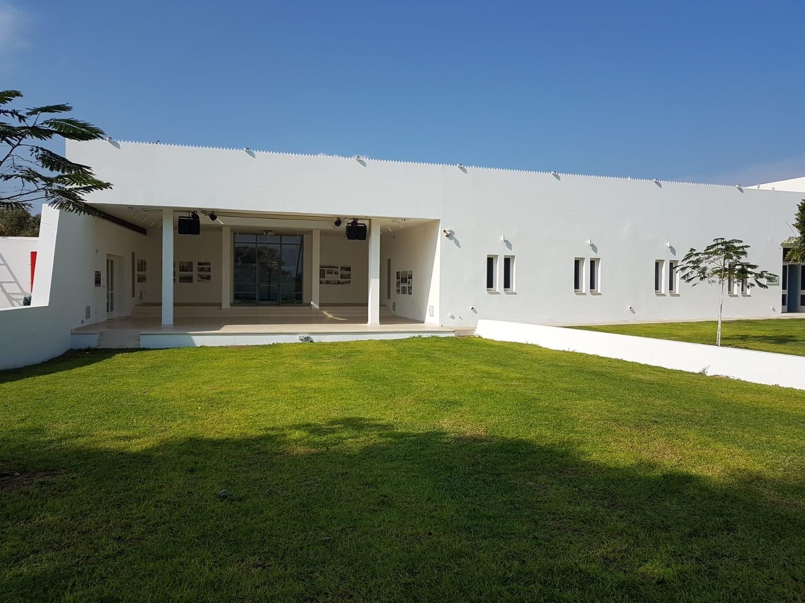 המוזיאון בניין לבן מרשים שתכנן האדריכל שמואל מסטצקין